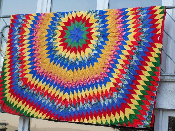 Makerist - Explosion, Baumwollstoffe, Unterstoff rotes Flies, Idee von Kaffe Fassett (Caravan of Quilts) - Patchwork-Projekte - 1