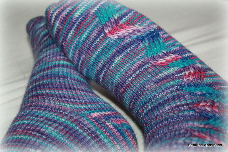 Makerist - Kuschelige Socken mit Hebemaschen - Strickprojekte - 1