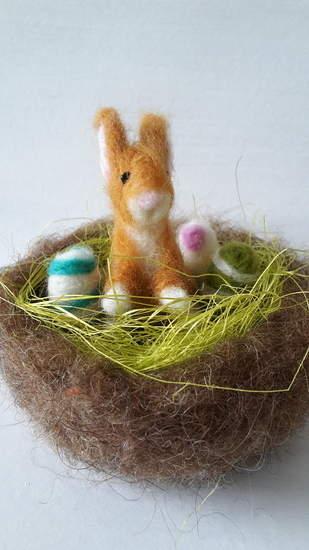 Makerist - Osterhasennest mit drei bunten Eiern, nadelgefilzt - 1