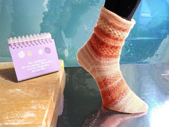 """Makerist - Socken """"Clementine"""" mit Sockenstrickkurs und -tabelle (auch für CraSyTrio-Nadeln) - Strickprojekte - 1"""