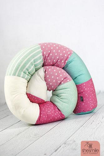Makerist - Eine Bettschlange Bettie in rosa-türkis-weiss - Nähprojekte - 1