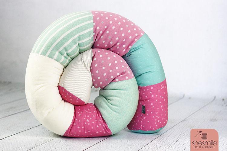 Makerist - Eine Bettschlange Bettie in rosa-türkis-weiss - Nähprojekte - 3