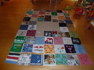 Makerist - Patchworkdecke, aus Stoffteilen von Freunden und Familie gestaltet oder Erinnerungsstücke wie T-Shirt, Lätzchen etc., für eine liebe Freundin zur Hochzeit - 1