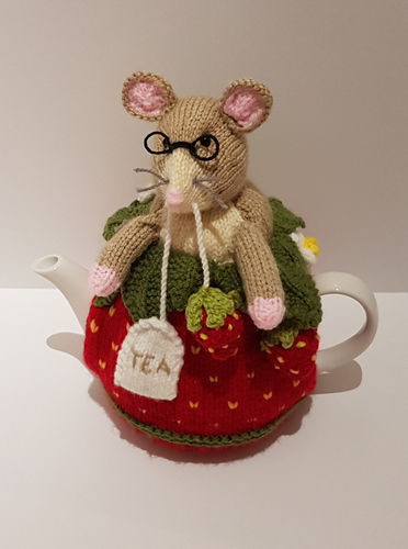 Makerist - Strawberry Dormouse Tea Cosy - Knitting Showcase - 1