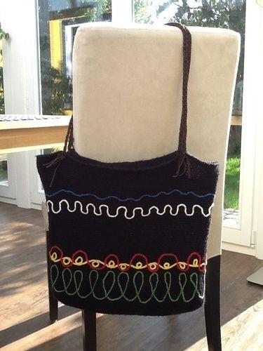 Makerist - Häkeltasche mit aufgestickten Luftmaschenschlangen - Häkelprojekte - 1