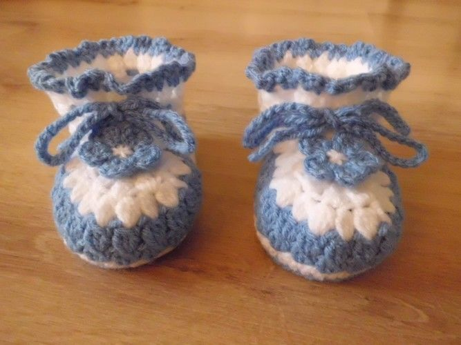 Makerist - Chaussons pour bébé , aux 2 couleurs , orné d'une lanière et d'une fleur fixe , de 3 à 12 mois !  - Créations de crochet - 1