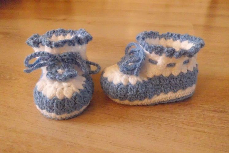 Makerist - Chaussons pour bébé , aux 2 couleurs , orné d'une lanière et d'une fleur fixe , de 3 à 12 mois !  - Créations de crochet - 2