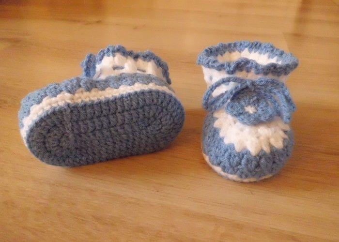 Makerist - Chaussons pour bébé , aux 2 couleurs , orné d'une lanière et d'une fleur fixe , de 3 à 12 mois !  - Créations de crochet - 3