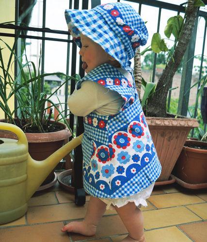 Upcycling: Schürzenkleid mit Mütze und Höschen aus alter, kaputter ...