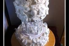 Makerist - Rosen- Geburtstagstorte in Weiß. Unten Biskuit gefüllt mit Erdbeermarmelade und Erdbeer-Buttercreme, oben Biskuit mit Schokocreme gefüllt. Für die Freundin meines Sohnes.  - 1