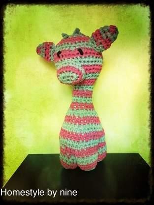 Makerist - große Giraffe mit Wolle von Hooked steht in meinem Büro - 1